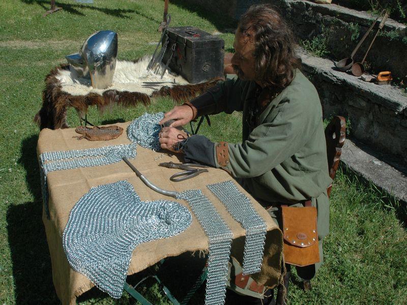Animation d 39 un village choppes d 39 artisans m di vaux et vieux m tiers anciens du moyen age m di val - Tour de potier manuel ...