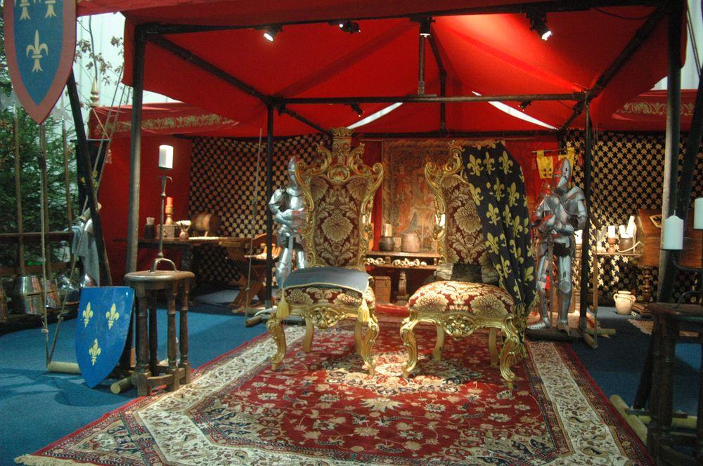 location d 39 un palais royal ou imp rial piscopale ou papale avec cabinet de travail salle du tr ne. Black Bedroom Furniture Sets. Home Design Ideas