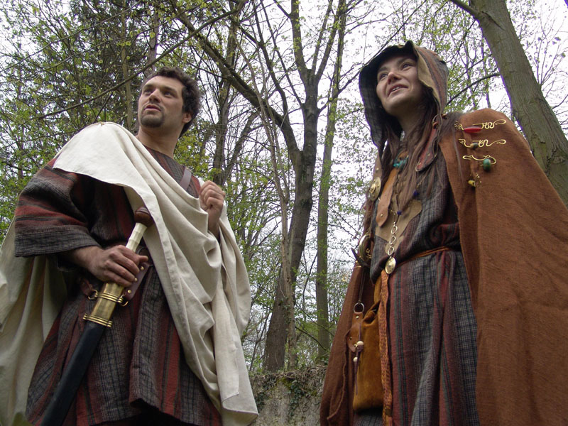Couple d' aristocrates celtes gaulois en costumes traditionnel. L' homme porte aussi un glaivede fer à fourreau bois et bronze. La poignée de son épée est en os - organisation fêtes gauloises et celtes