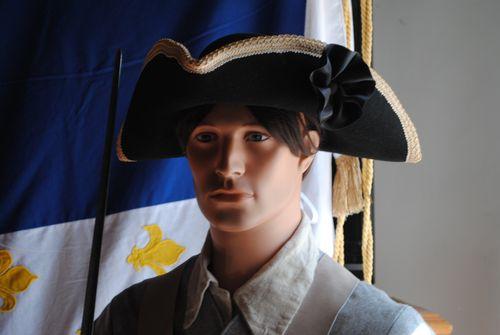 FORT LIBERIA : - muséographie - scénographie - mannequins de musée - Costumes - décors - accessoires réalisés par Cécile Drillon et Bernard Berthel - Association UTINAM - Un soldat sentinelle de garde et uniforme des armées de Louis XIV et Vauban. c'est un soldat d'un régiment Royal Roussillon, présent au fort vers 1730. Il est équipé d'un mousquet, giberne, chapeau tricorme. Son uniforme comporte une vareuse en drap de laine gris, manchettes et col bleu, une paire de guêtres et près de 80 boutons en laiton poli.