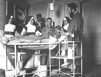 soeur hospitaliere et infirmi re dans hopital des soldats poilus des tranch es blesses et infirmes. Black Bedroom Furniture Sets. Home Design Ideas